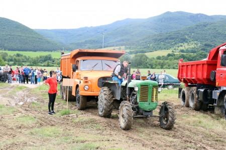 Foto a video: Zraz veteránov traktorov, automobilov a inej techniky - Mačov 2016 41
