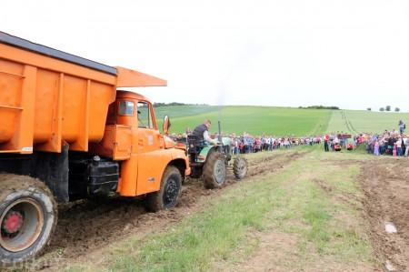 Foto a video: Zraz veteránov traktorov, automobilov a inej techniky - Mačov 2016 43