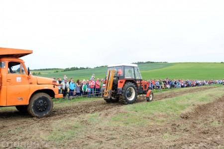 Foto a video: Zraz veteránov traktorov, automobilov a inej techniky - Mačov 2016 48