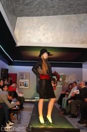 Foto: Módna prehliadka - kožuchy, spodné prádlo, šperky 13