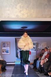 Foto: Módna prehliadka - kožuchy, spodné prádlo, šperky 26