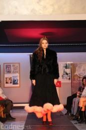 Foto: Módna prehliadka - kožuchy, spodné prádlo, šperky 47