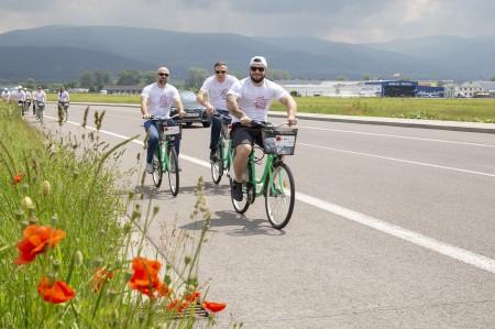 Foto: Firma Brose sa zapojila do týždňa dobrovoľníctva v Galérii Jabloň. Možno vďaka ním otvoria skôr 2