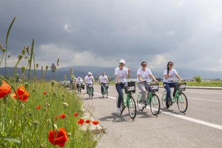 Foto: Firma Brose sa zapojila do týždňa dobrovoľníctva v Galérii Jabloň. Možno vďaka ním otvoria skôr 3