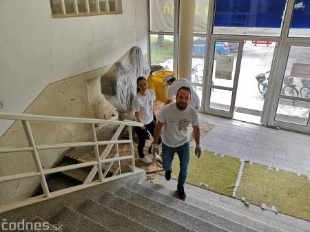 Foto: Firma Brose sa zapojila do týždňa dobrovoľníctva v Galérii Jabloň. Možno vďaka ním otvoria skôr 5