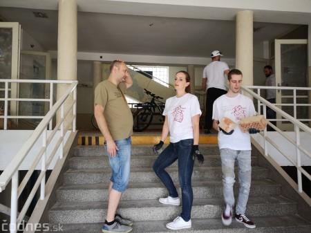 Foto: Firma Brose sa zapojila do týždňa dobrovoľníctva v Galérii Jabloň. Možno vďaka ním otvoria skôr 6