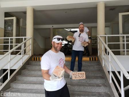 Foto: Firma Brose sa zapojila do týždňa dobrovoľníctva v Galérii Jabloň. Možno vďaka ním otvoria skôr 8
