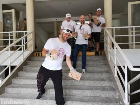 Foto: Firma Brose sa zapojila do týždňa dobrovoľníctva v Galérii Jabloň. Možno vďaka ním otvoria skôr 9