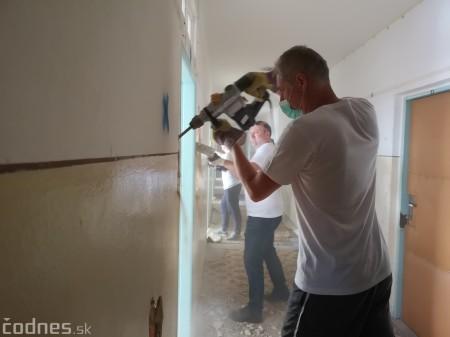 Foto: Firma Brose sa zapojila do týždňa dobrovoľníctva v Galérii Jabloň. Možno vďaka ním otvoria skôr 11