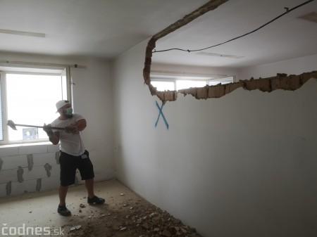 Foto: Firma Brose sa zapojila do týždňa dobrovoľníctva v Galérii Jabloň. Možno vďaka ním otvoria skôr 17