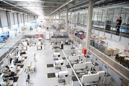 Foto a video: 400 nových pracovných miest pribudne v Prievidzi po dostavbe tretej výrobnej haly spoločnosti Brose 0