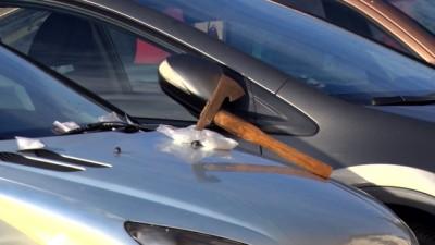 Video: Žena z Oslian si našla v kapote auta sekeru a v okolí auta biely prášok
