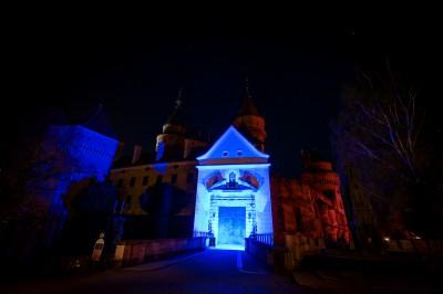 Múzeum Bojnice sa vo štvrtok večer prostredníctvom modrého osvetlenia časti Bojnického zámku symbolicky pridá k Svetovému dňu povedomia o autizme.