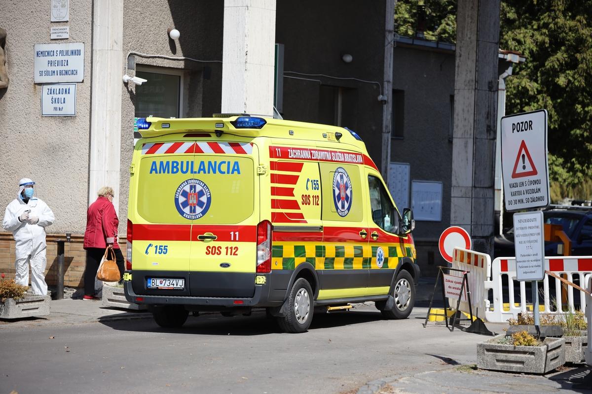 Video: V bojnickej nemocnici už začali vykonávať aj odkladné operačné výkony. Postupne budú zrušené aj zdravotnícke filtre pred nemocnicou