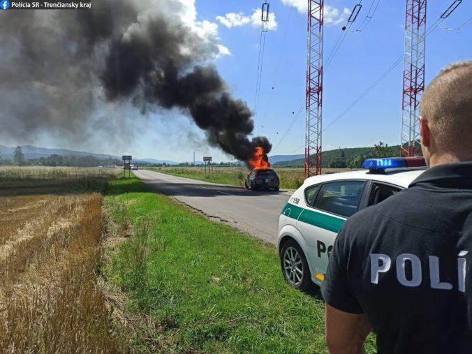 V Opatovciach nad Nitrou sa vznietilo auto počas jazdy, pasažierom sa našťastie podarilo ujsť