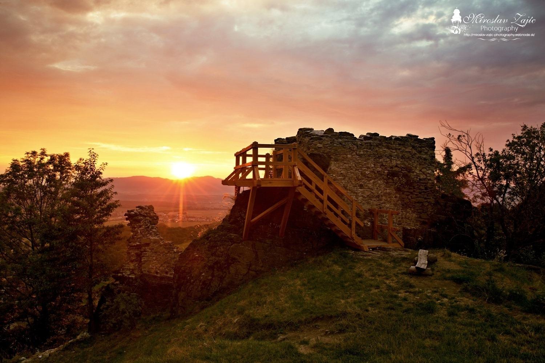 Foto: Hrad Sivý kameň Podhradie - západ slnka a nočná obloha