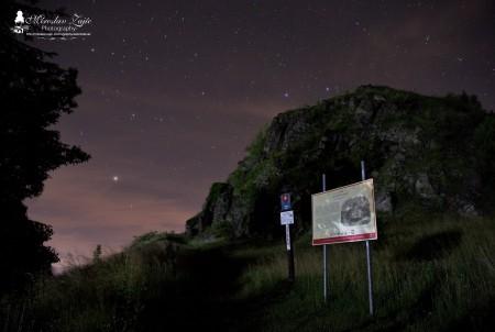 Foto: Hrad Sivý kameň Podhradie - západ slnka a nočná obloha 6