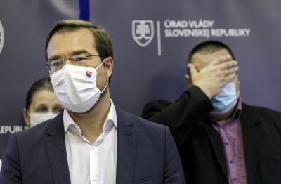 Koronavírus: Na Slovensku budú opäť platiť obmedzenia a konzílium odborníkov odporúča zvážiť cestovanie do zahraničia (video)