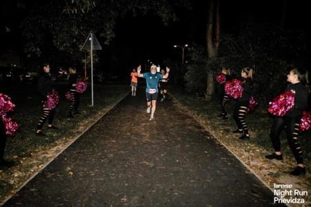 Foto a video: Prievidzu večer ovládol prvý ročnik nočného behu Brose Night Run Prievidza 6