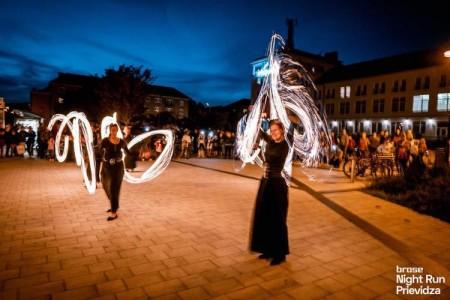 Foto a video: Prievidzu večer ovládol prvý ročnik nočného behu Brose Night Run Prievidza 7
