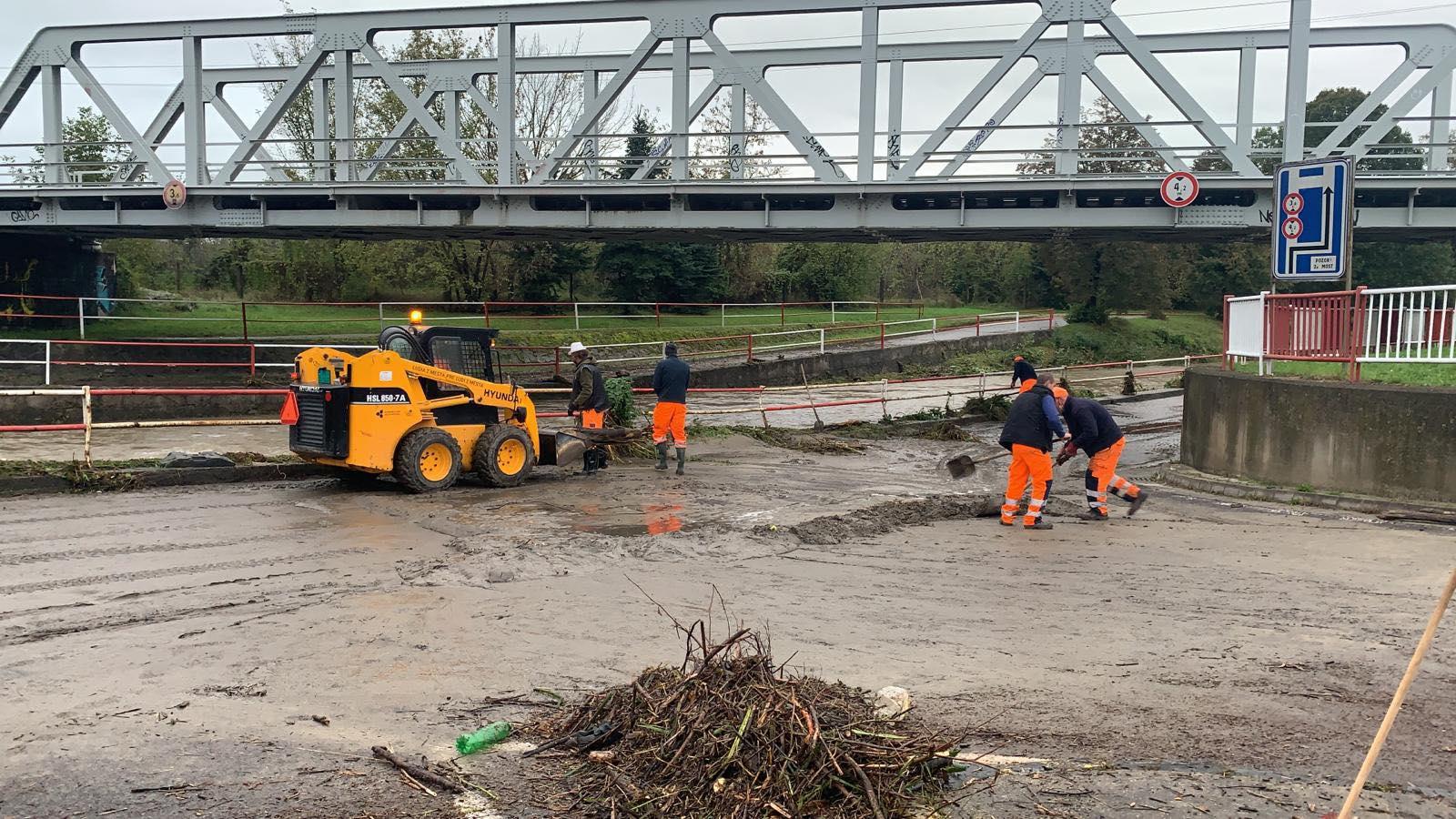 Foto: Voda v rieke Handlovka opadla. Úsek je už prejazdný.