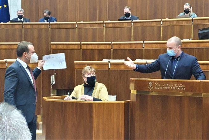 Poslanec Miroslav Žiak dostáva po konflikte s Mazurekom stovky správ, zvažuje policajnú ochranu a trestné oznámenie