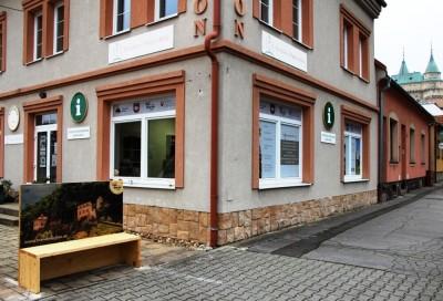Foto: Aj v Bojniciach nájdete novú originálnu lavičkovú pohľadnicu s QR kódom