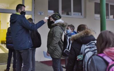 Od pondelka 18. januára sa deti do škôl nevrátia, oznámilo ministerstvo školstva.