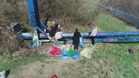 Foto a video: Aj mladí ľudia vedia spojiť sily. Upratali časť brehov a okolia rieky Nitra v Prievidzi 0