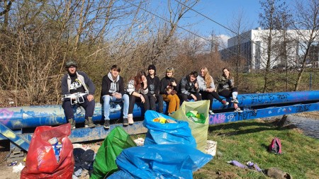 Foto a video: Aj mladí ľudia vedia spojiť sily. Upratali časť brehov a okolia rieky Nitra v Prievidzi 1