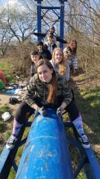 Foto a video: Aj mladí ľudia vedia spojiť sily. Upratali časť brehov a okolia rieky Nitra v Prievidzi 2
