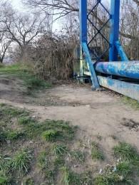 Foto a video: Aj mladí ľudia vedia spojiť sily. Upratali časť brehov a okolia rieky Nitra v Prievidzi 5