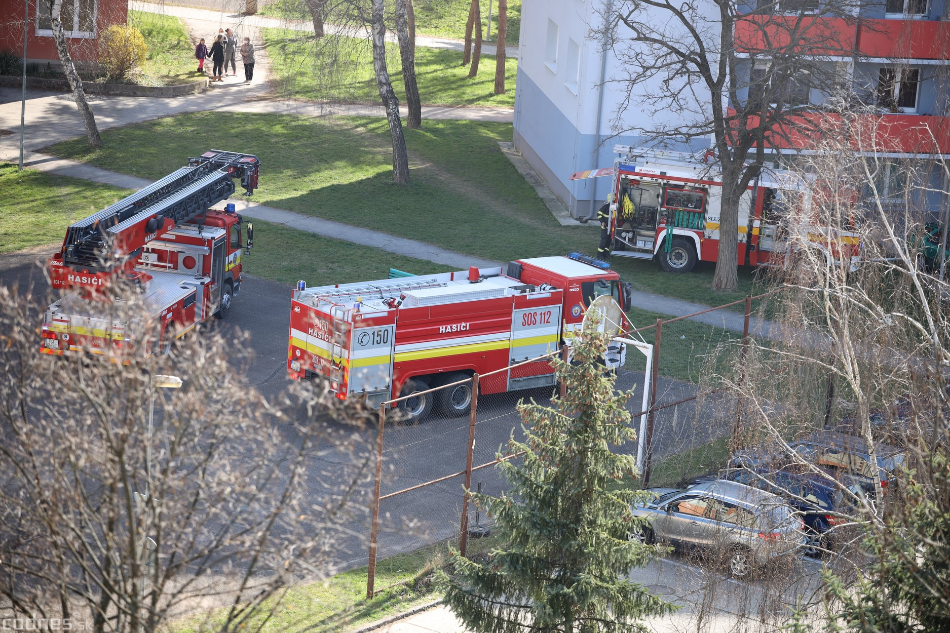 Foto: Požiar v bytovom dome v Prievidzi si vyžiadal evakuáciu obyvateľov