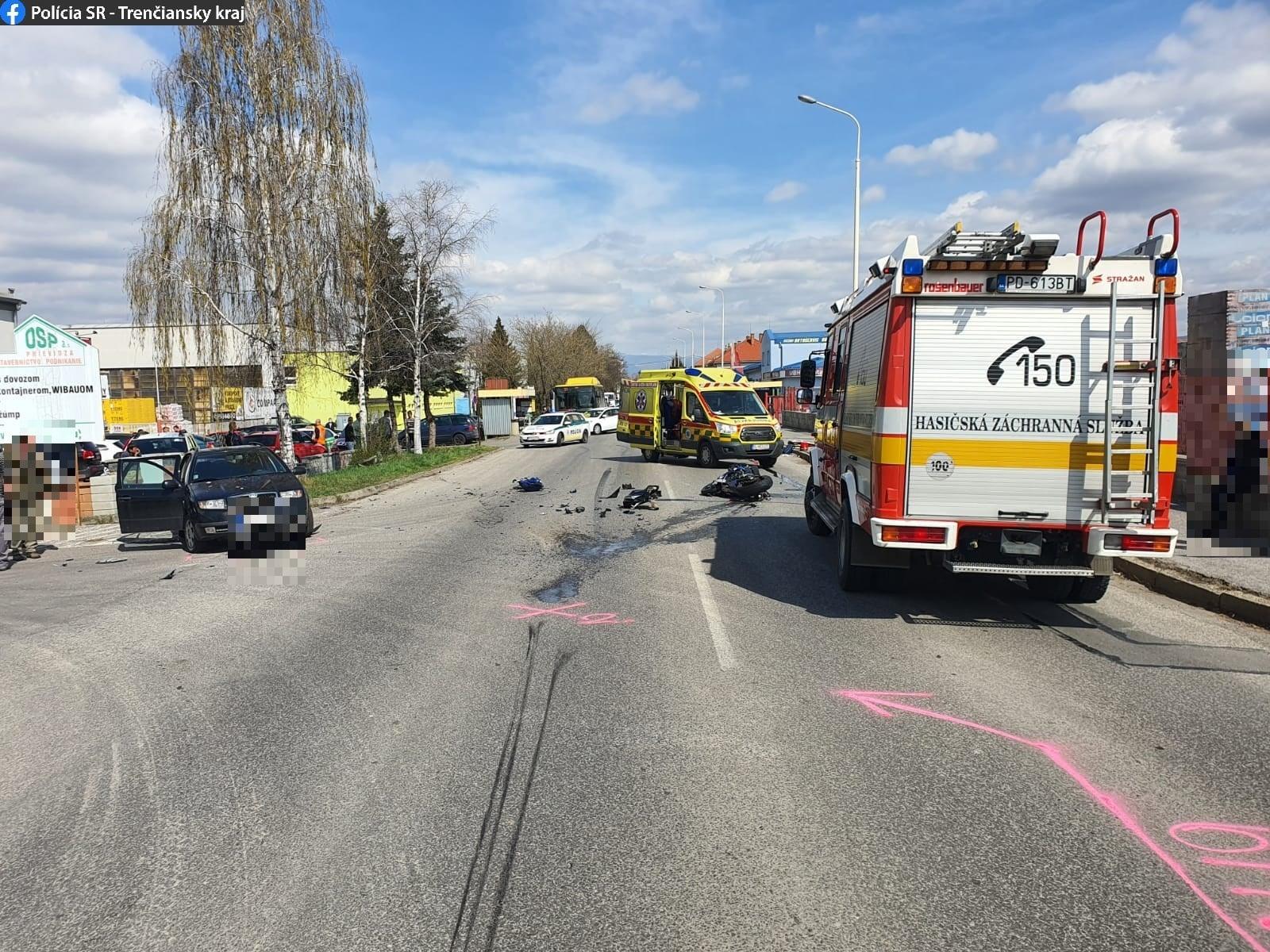 Video: V Prievidzi dnes na Košovskej ceste havaroval motorkár. Na 5 rokov mal pritom zadržaný vodičský preukaz.