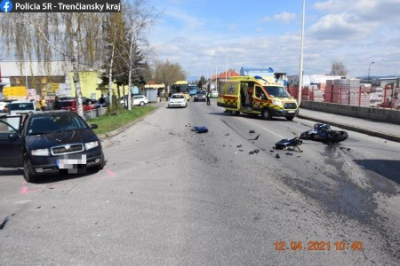 Video: V Prievidzi dnes na Košovskej ceste havaroval motorkár. Na 5 rokov mal pritom zadržaný vodičský preukaz. 3