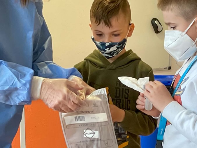 Od pondelka už nebude povinné nosenie rúška v exteriéri. Učitelia a žiaci v školách nebudú mať povinný respirátor, iba rúško.