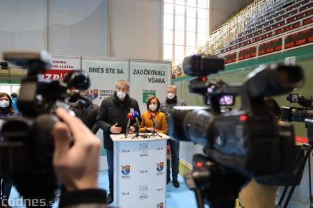 Foto a video: V Prievidzi dnes otvorili veľkokapacitné očkovacie centrum. Tento víkend zaočkujú 2000 ľudí 3
