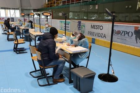Foto a video: V Prievidzi dnes otvorili veľkokapacitné očkovacie centrum. Tento víkend zaočkujú 2000 ľudí 15