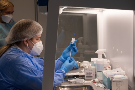 Foto a video: V Prievidzi dnes otvorili veľkokapacitné očkovacie centrum. Tento víkend zaočkujú 2000 ľudí 23