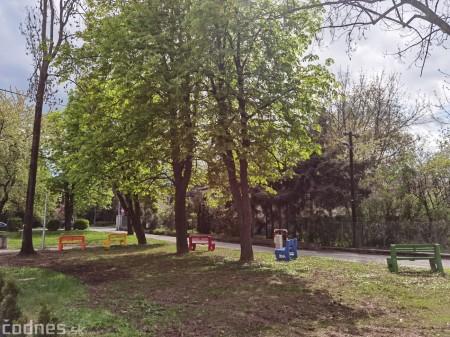 Foto: V Prievidzi vznikla nová oddychová zóna s farebnými lavičkami 0