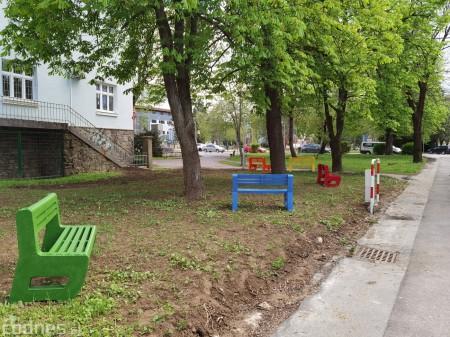 Foto: V Prievidzi vznikla nová oddychová zóna s farebnými lavičkami 1
