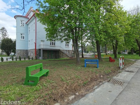 Foto: V Prievidzi vznikla nová oddychová zóna s farebnými lavičkami 3