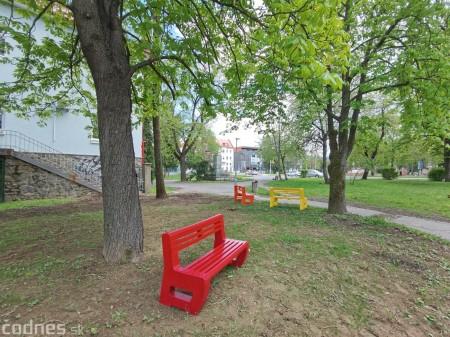 Foto: V Prievidzi vznikla nová oddychová zóna s farebnými lavičkami 4