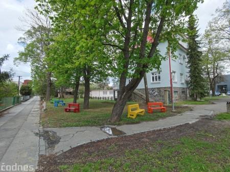 Foto: V Prievidzi vznikla nová oddychová zóna s farebnými lavičkami 5