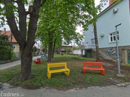 Foto: V Prievidzi vznikla nová oddychová zóna s farebnými lavičkami 7