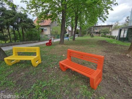 Foto: V Prievidzi vznikla nová oddychová zóna s farebnými lavičkami 8