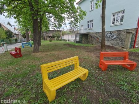 Foto: V Prievidzi vznikla nová oddychová zóna s farebnými lavičkami 9