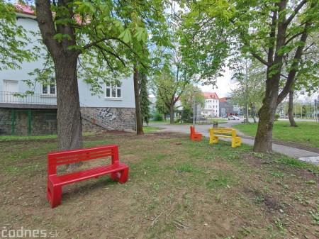 Foto: V Prievidzi vznikla nová oddychová zóna s farebnými lavičkami 10