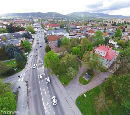Foto: V Prievidzi vznikla nová oddychová zóna s farebnými lavičkami 2