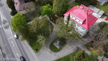 Foto: V Prievidzi vznikla nová oddychová zóna s farebnými lavičkami 6